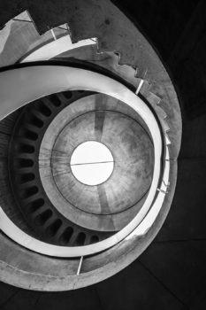 Coup d'oeil sur l'escalier du musée gallo-romain de Fourvière. Architecte : Bernard Zehrfuss. 1975