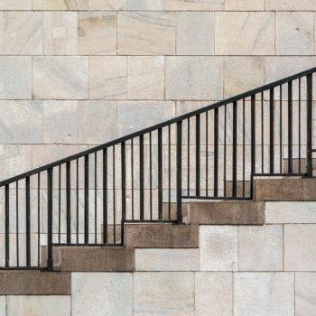 Dans ce sens, l'escalier semble monter