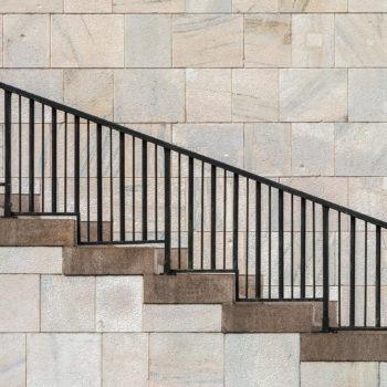 Dans ce sens, l'escalier semble descendre