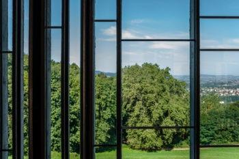 On ne distingue presque pas le verre sur cette photo, de sorte que l'encadrement des fenêtres rythme directement le paysage