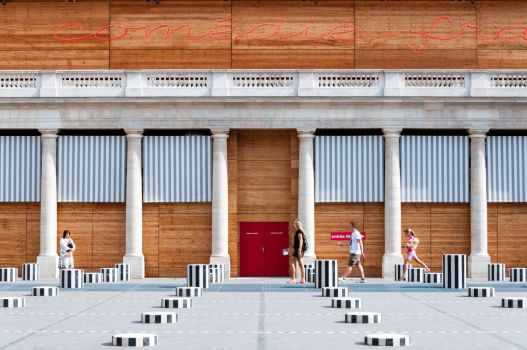 Théâtre de la comédie française et cour d'honneur du palais royal. Architecte : Alain-Charles Perrot / Artiste : Daniel Buren