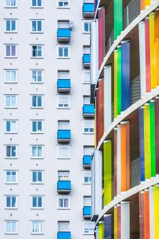 """Logements """"arc-en-ciel"""" et immeuble non identifié. Architecte : Bernard Bühler"""