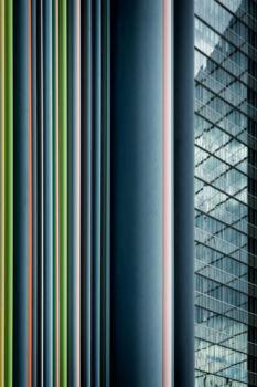 Cheminée Moretti et tour Allianz One. Artiste : Raymond Moretti. Architectes : Jean Willerval et Branco Vulic
