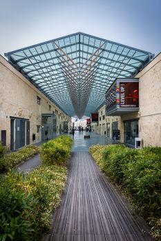 Réhabilitation des anciens chais de Luze & création d'une galerie couverte. Architectes : Cécile et Michel Moga. Bordeaux.